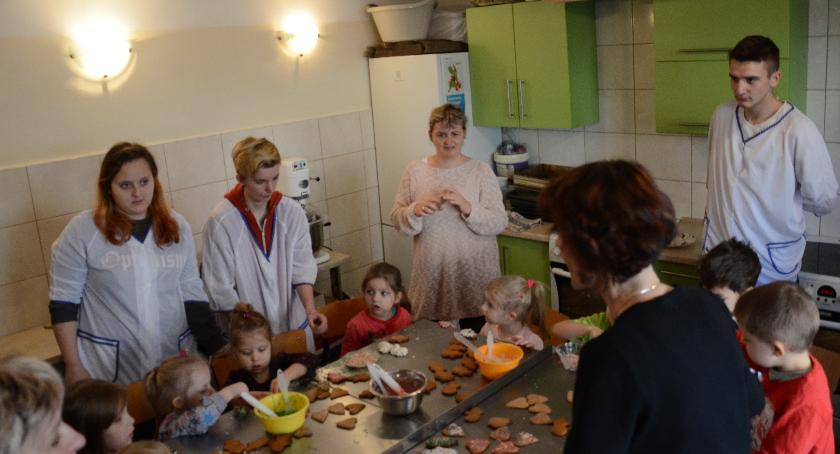 ponadgimnazjalne, Przedszkolaki podpatrywały pracę cukierników - zdjęcie, fotografia