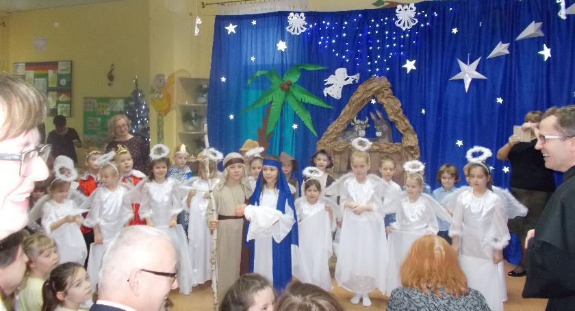 przedszkola, Serduszka pełne miłości marzeń podczas uroczystości wigilijnej - zdjęcie, fotografia