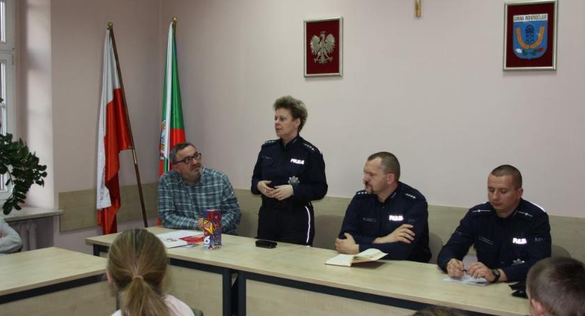 Komunikaty Policja, Policjanci szkolą wolontariuszy bezpiecznie kwestować - zdjęcie, fotografia