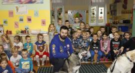 Policjanci, weterynarze i wolontariusze edukują, że zwierzęta trzeba kochać i się nimi opiekować, a