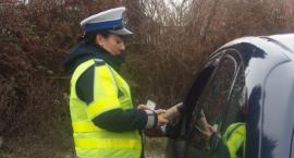 Policjanci stosują fakultatywne zatrzymanie prawa jazdy